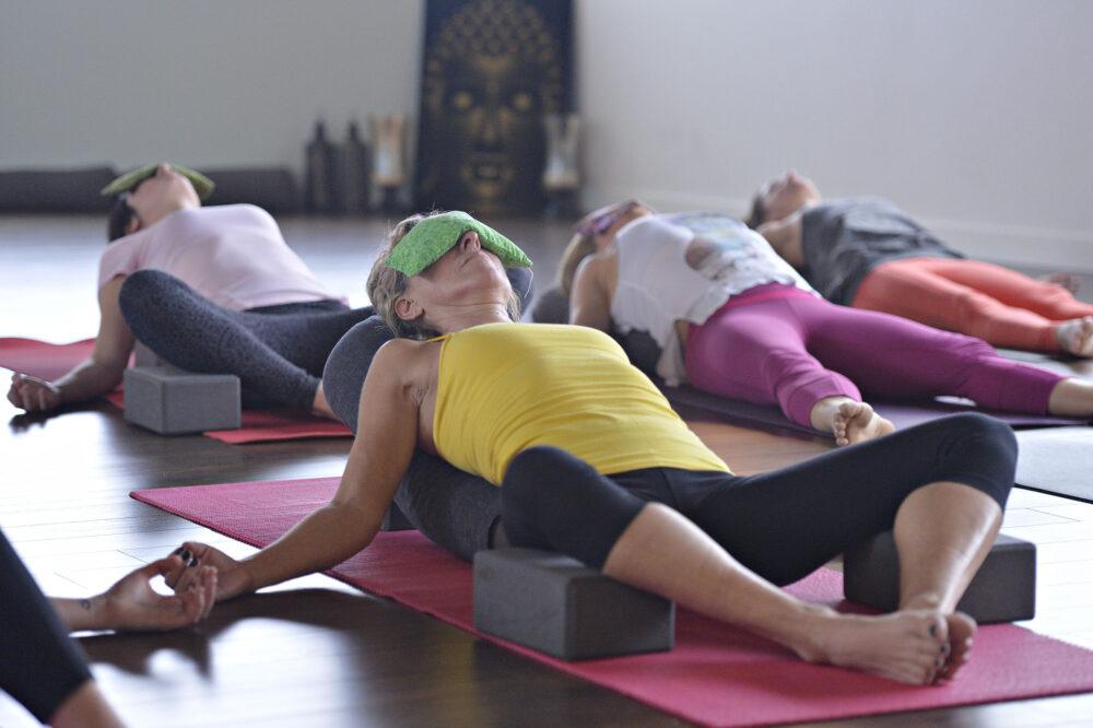 photo Pascal Ratthe, Le Soleil - Quebec - cours de yoga studio OmYoga st-nicolas posture du diamant endormi en YIN yoga - 12/15/2014 - le 15 decembre 2014 - #70000 - alimentation - photo le soleil, Pascal Ratthe - 30 -
