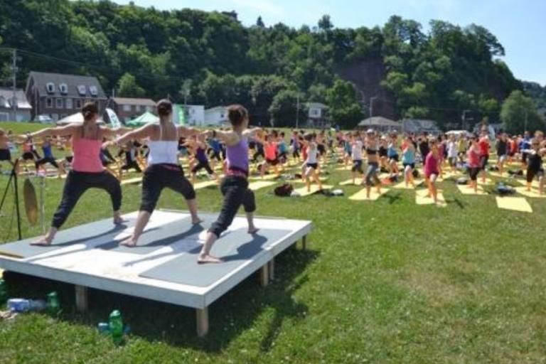 Rassemblement de Yoga 300 personnes